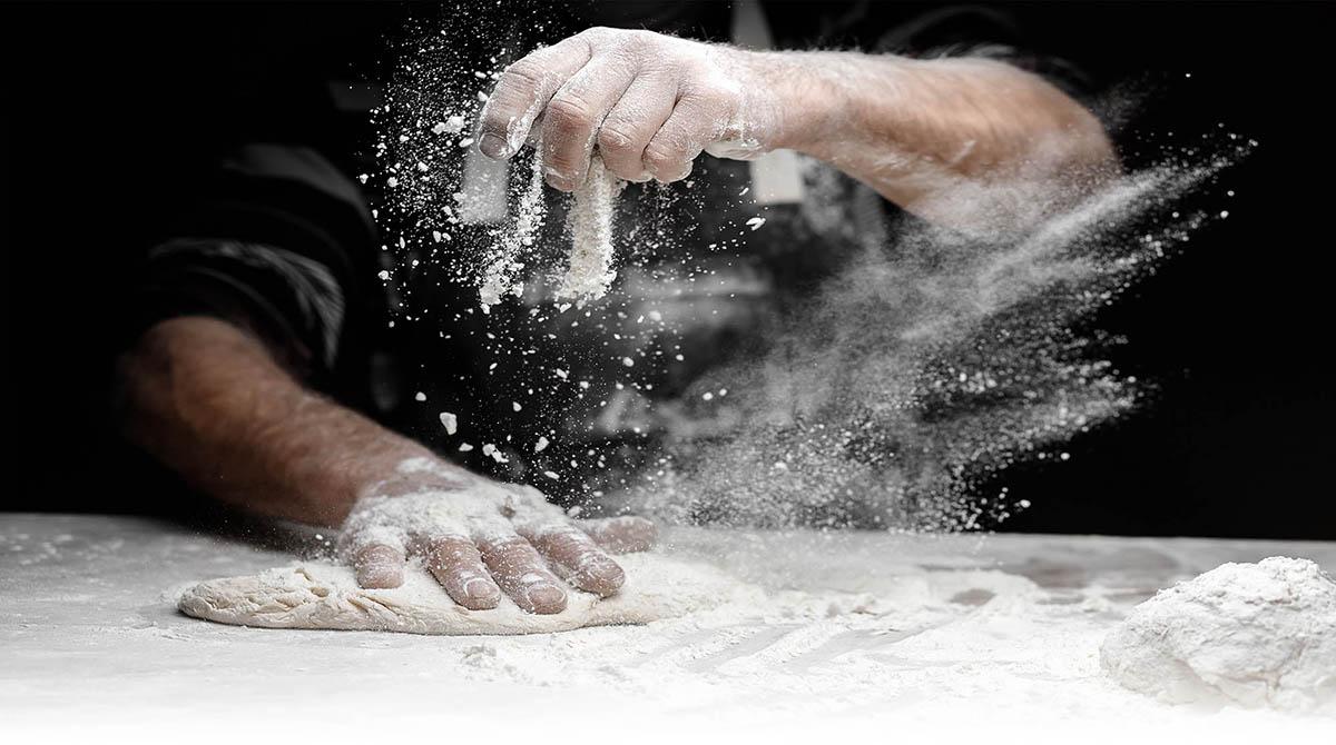 La pâte à pizza du restaurant le beau soleil fait maison est croustillante et moelleuse à la fois